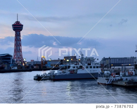 ベイサイドプレイス博多の船とタワー 73876702