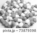 モノクロの大量のカプセル(薬、サプリメント)の写真 73879398