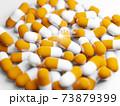 大量のカプセル(薬、サプリメント)と希望の光 73879399