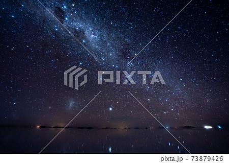 ウユニ塩湖での天の川銀河 73879426