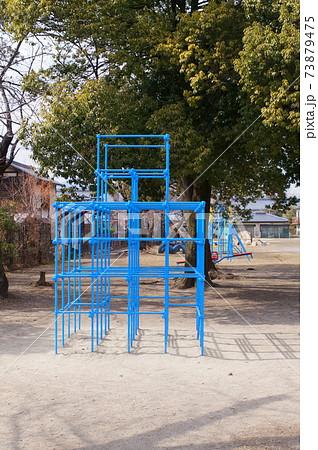 小学校の校庭にある遊具ジャングルジム 73879475