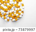 コピースペースのある大量のカプセル(薬、サプリメント)の写真 73879997