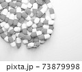 コピースペースのある大量のカプセル(薬、サプリメント)の白黒写真 73879998