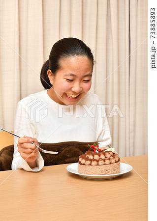 ホールケーキと女の子 73885893