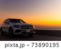 高級車と夕焼け 73890195