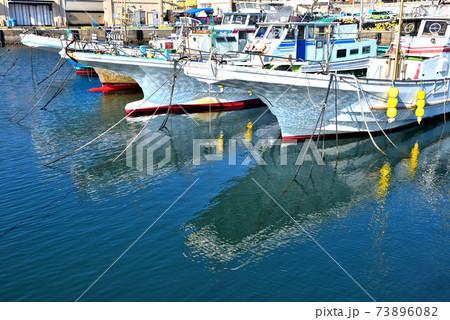片瀬漁港の水面に影が映り込む漁船 73896082