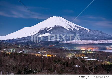 《山梨県》大冠雪の富士山・夜の山中湖パノラマ台 73898472