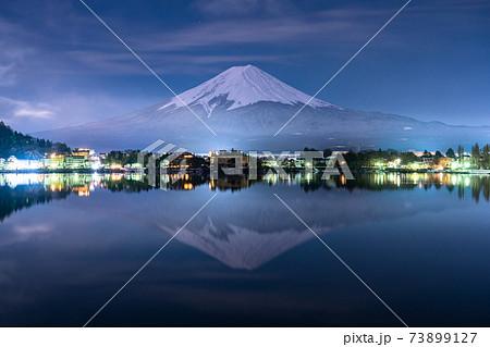 《山梨県》大冠雪の富士山・夜の河口湖 73899127