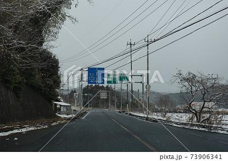 寒波襲来 雪が降る国道490号線十文字交差点付近 73906341