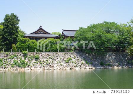 広島城のお堀と護国神社の屋根の景色 73912139