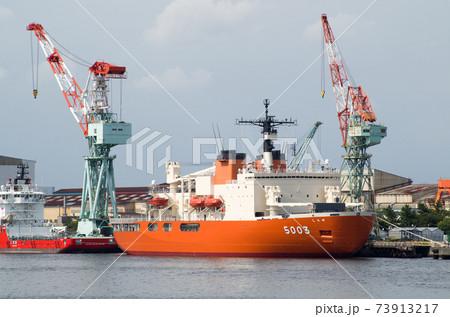 横浜の造船所に接岸している南極観測船 73913217