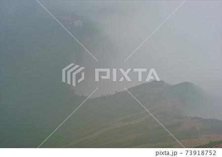 霧に包まれる爺ヶ岳から冷池山荘への尾根 73918752