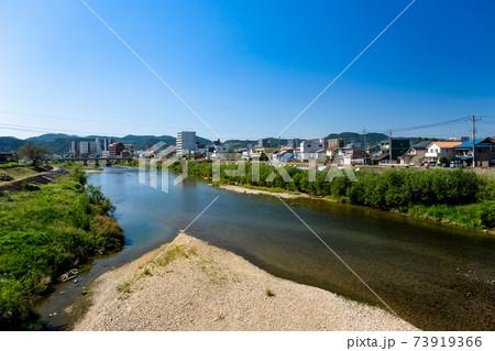 岐阜県多治見市 記念橋から眺める土岐川と多治見の街並み 73919366