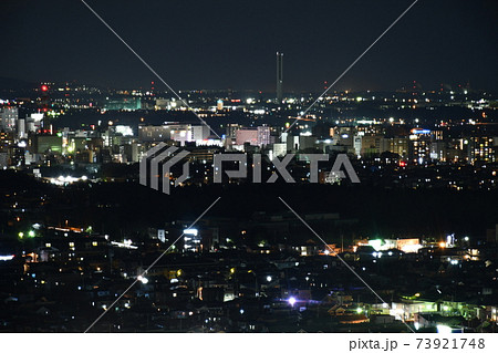茨城県庁25階にある展望ロビーから見た水戸市のJR水戸駅を中心とする北方向の夜景 73921748