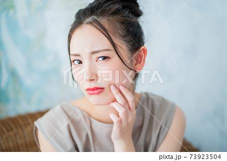 20代後半女子の肌トラブル 73923504
