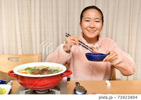 鍋料理を楽しむ女の子 73923804