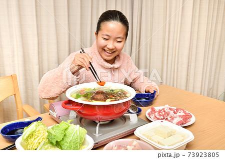 鍋料理を楽しむ女の子 73923805