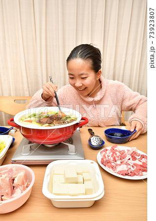 鍋料理を楽しむ女の子 73923807