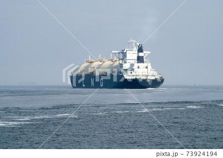 浦賀水道を行くLNGタンカーの景色 73924194