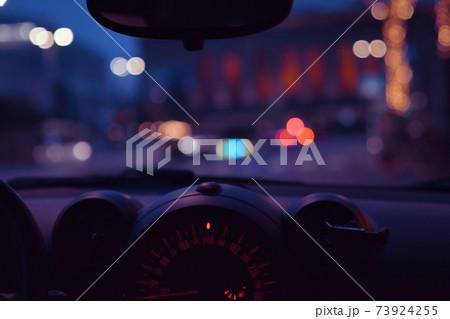車内から見える夜の街の明かり、ボケ 73924255