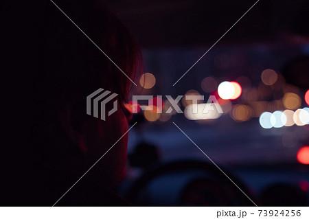 夜の街をドライブする男性、車中 73924256