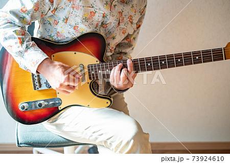 自粛生活の中久しぶりのギターを弾く 73924610