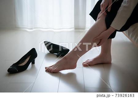足のむくみをケアする女性・ふくらはぎをマッサージする女性 73926163