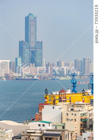 旗津の旗後山から望む高雄港と高雄中心部 73930219