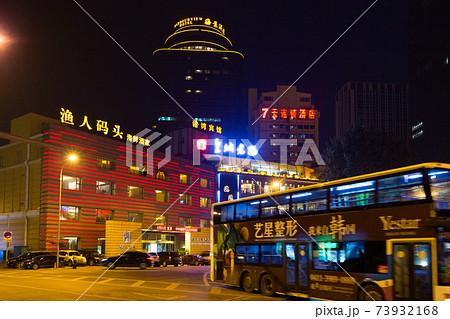 中国大連市、夜の港湾広場ロータリー 73932168