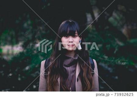 森の背景 カメラ目線のロングヘアの女性 73932625