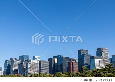 ビジネスの中心地・丸の内の高層ビル群と青空 73934434