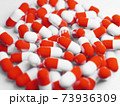 大量の赤いカプセル(薬、サプリメント)の写真 73936309