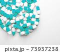 コピースペースのある大量のカプセル(薬、サプリメント)の写真 73937238