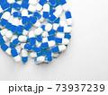 コピースペースのある大量のカプセル(薬、サプリメント)の写真 73937239