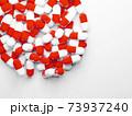 コピースペースのある大量のカプセル(薬、サプリメント)の写真 73937240