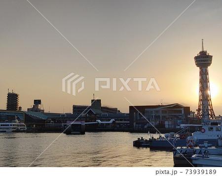 博多ポートタワー 夕暮れの海と船 73939189