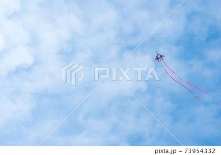 青空に凧 73954332