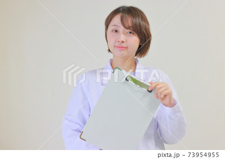 クリップボードを斜めに持つ看護師 73954955