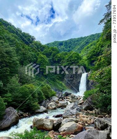 日本の滝百選の一つである苗名滝と夏の風景 73957694