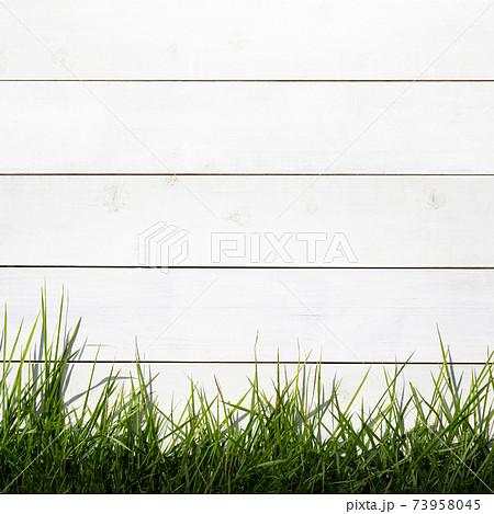 白い柵と芝の素材 - 複数のバリエーションがあります 73958045