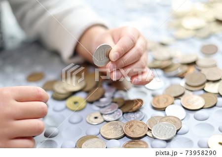 お金と子供の手 73958290