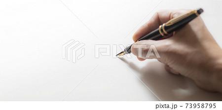 万年筆で字を書いている手の背景テクスチャー 73958795