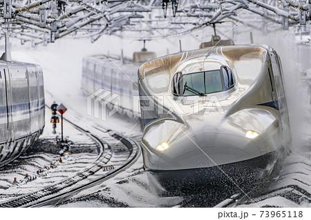 東海道新幹線 冬の米原駅 走行イメージ 73965118