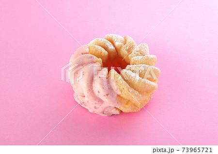 ピンクの背景に置かれたイチゴドーナツ 73965721