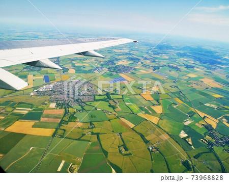 飛行機の窓から見下ろした景色アイルランド 73968828