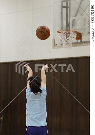 バスケットボールを練習中する女子の後ろ姿 73970190