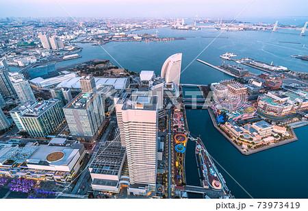 日本の横浜都市景観 横浜・みなとみらい。ロープウェイの橋脚が姿を現した(画面右) 73973419
