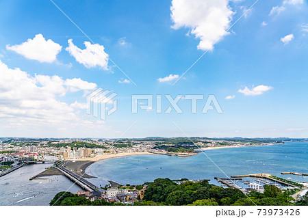 爽やかな青空の湘南の海岸 73973426