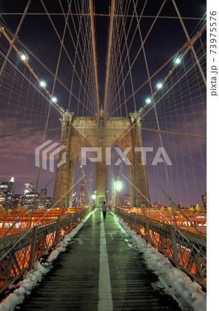 ニューヨーク ブルックリンブリッジの夜景 73975576