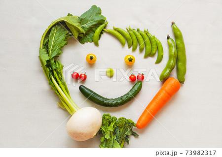 いろいろな種類の野菜で作った笑顔 73982317